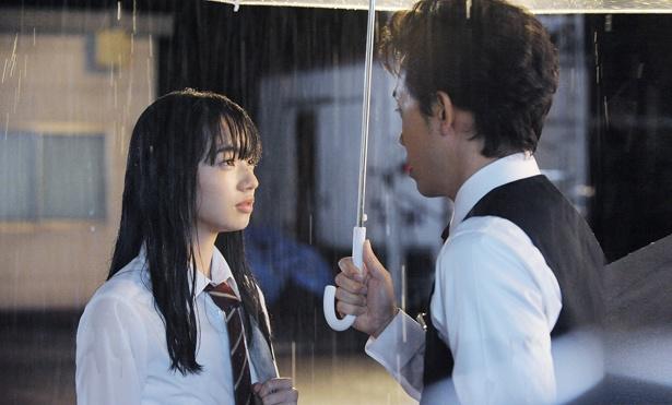 28歳も離れたバイト先の店長に恋する17歳女子高生の片想いが描かれる(『恋は雨上がりのように』)