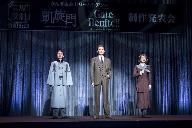 左から雪組トップスター・望海風斗、専科・轟 悠、雪組トップ娘役・真彩希帆。「『凱旋門』-エリッヒ・マリア・レマルクの小説による-」の一部楽曲を披露した