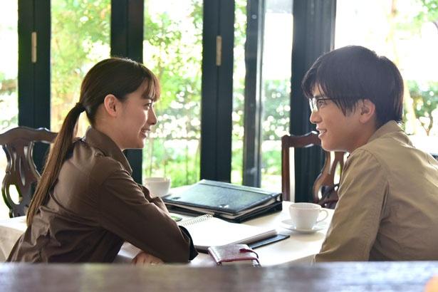 婚約者の前では優しい笑みを見せる耶雲。婚約者を演じるのは山本美月