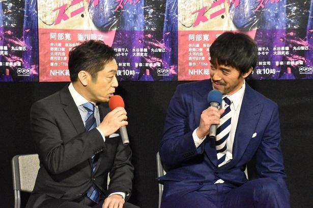 【写真を見る】香川&阿部は顔を見合わせにっこり笑い合う場面も