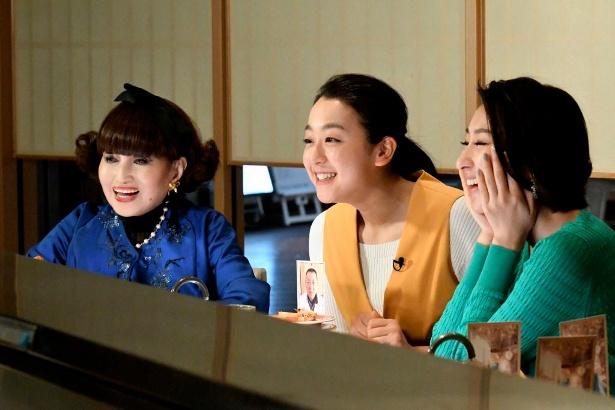 「徹子の部屋 最強夢トークスペシャル」で回転ずし店を訪れた(写真左から)黒柳徹子、浅田真央、浅田舞