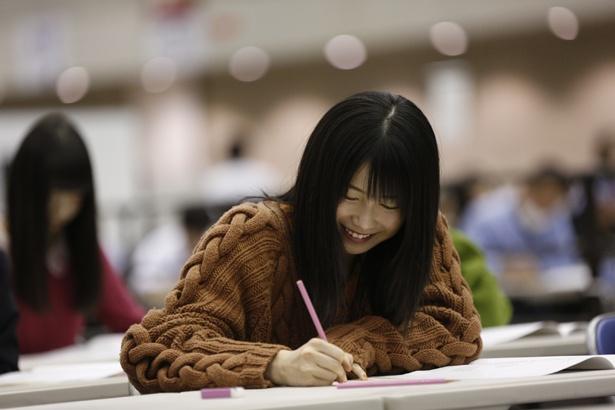 「AKB48グループ センター試験」東京(幕張)会場で受験する横山由依