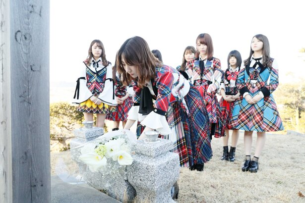 【写真を見る】福島で献花を行う柏木由紀(中央)ら