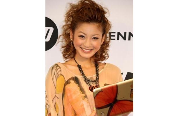 """日本HPデザイナーズ・ミニノートPC新製品発表会に登場した、モデルでタレントの西山茉希。「好きなタイプは""""ムッチョ""""です。早く蝶になって羽ばたきたい」と恋に意欲的な様子"""