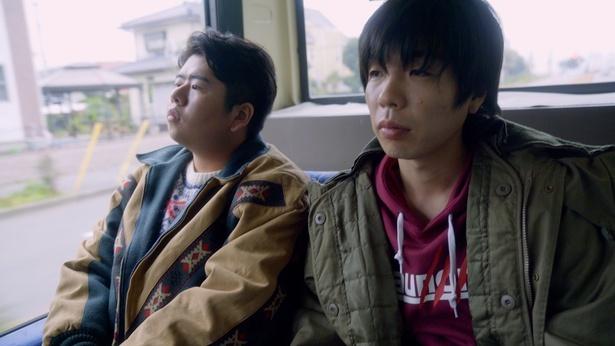 ガク(藤井流星)、マオ(濱田崇裕)らとコウキ(前田)たちはバスに乗って出かける様子