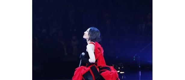 【写真】ステージ中央のBOXから、赤いリボンのキュートな衣装をまとって登場