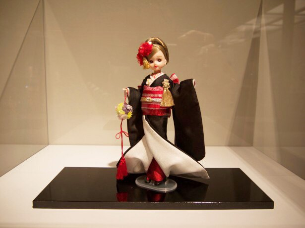 【写真を見る】福岡会場だけの特別展示。博多織の着物と帯を締めたリカちゃん。博多織工業組合の協力があって実現したもの。帯の結びがとってもキレイ。後ろ姿もお見逃しなく