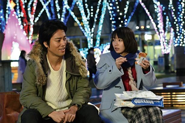 (左)吉崎幸次郎(よしざきこうじろう)=桐谷健太、 率直で明るくおおらか。今日子が放っておけなくなり、付き合い始める
