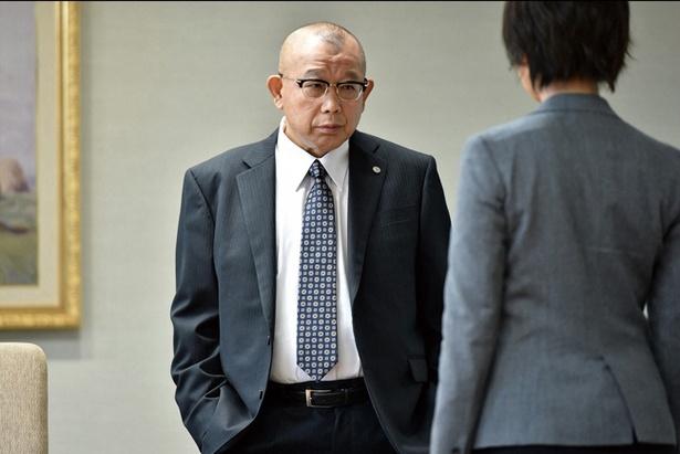 川上憲一郎(かわかみけんいちろう)=笑福亭鶴瓶、東京地方裁判所・所長代行を務める裁判官。事件処理能力が出世の決め手といわれる裁判官の世界で、膨大な案件数を裁いてきた