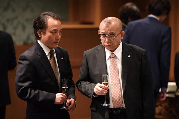 (右)川上憲一郎(かわかみけんいちろう)=笑福亭鶴瓶
