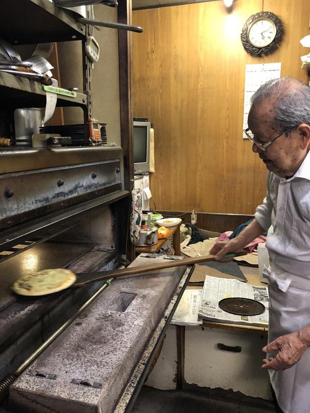 ご主人の森清信さんが手際よくピザを焼いていく