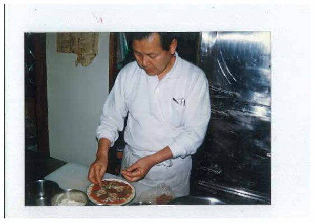 ご主人からお借りしたかなり以前の厨房での写真。このころから変わらずピザを作り続けてきた