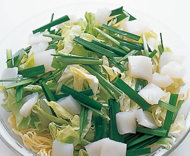 麺の加熱も、野菜やいかの加熱も1度のチンでOK。2人分を作るときは材料や時間を倍にするのではなく、1人分ずつ作って。