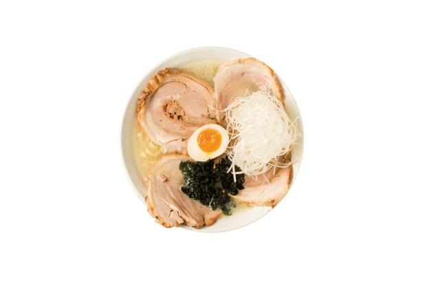 ニンニク油は香りが損なわれない よう、毎朝すりたてのニンニクを ピーナッツオイルと合わせる「白チャーシューメン」(1080円)