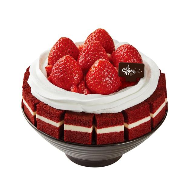 【写真を見る】「レッドベルベットソルビン」(2,000円)。かき氷とは思えないケーキそっくりな見た目。つい写真におさめたくなってしまうビジュアルだ
