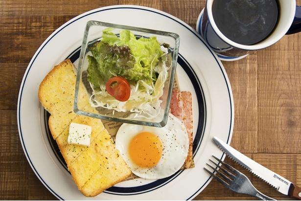 【写真を見る】朝食限定の厚切りトーストセット(540円)はコーヒーなど15種から選べるドリンク付き