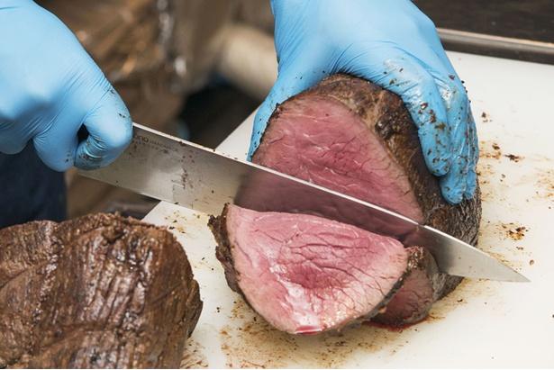 ロゼ色のローストビーフは柔らかく、肉の旨味が濃い