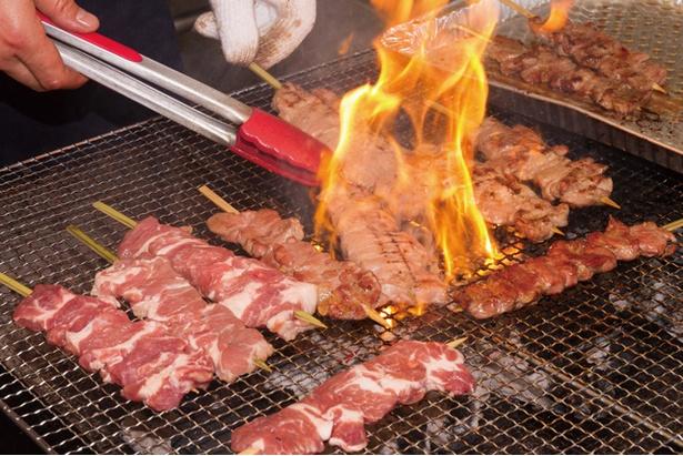香ばしく焼き上げられる肉が食欲をかき立てる