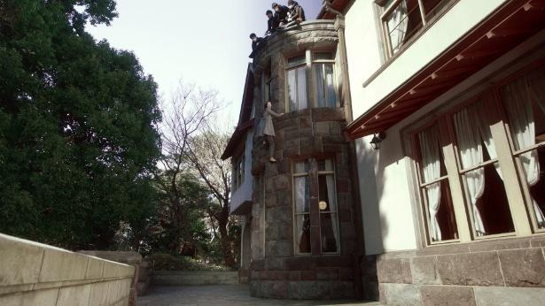 【写真を見る】水沢が高さ約8mの壁を体ひとつで登る!?