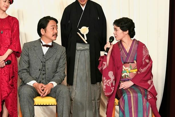 白秋役・大森(左)と菊子役・貫地谷(右)。菊子は白秋の最期を看取った