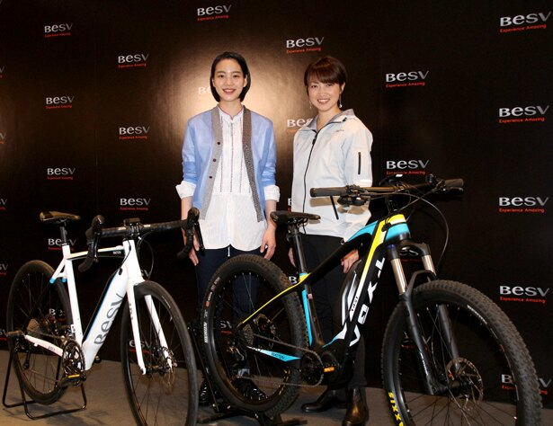 BESV JAPAN「2018年新モデル発表イベント」に出席したのん(左)とMCの一戸恵梨子