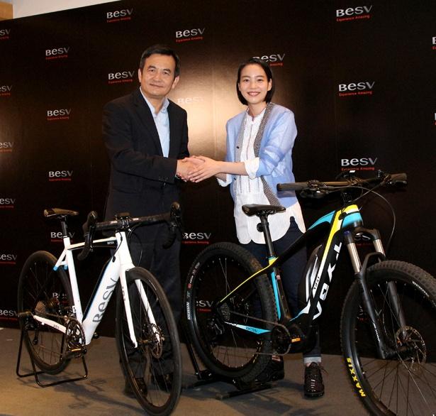 株式会社BESV JAPANのアンディー・スー会長と握手