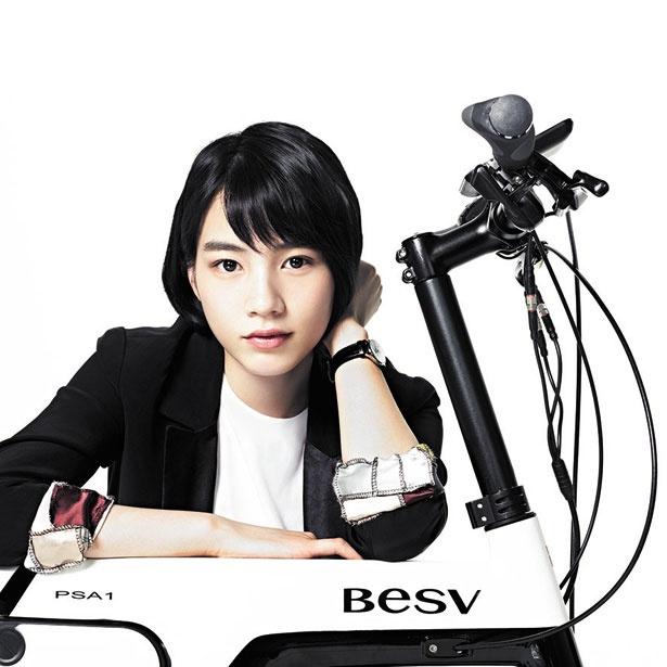 """電動アシスト自転車のプレミアムe-Bike""""BESV""""のPSA1モデルとのん"""