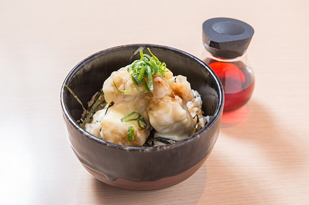 鶏マヨ丼(セット300円、単品400円)。特製のラー油はお好みでどうぞ