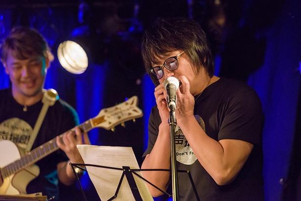 声援団初参加となる東地宏樹。ライブパートでは歌のほかハモニカも披露