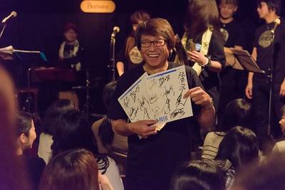 会場では井上和彦自らがチャリティー用の色紙を手渡しで販売。売り上げは義援金として使われる