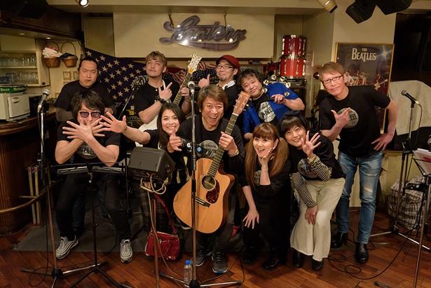 【写真を見る】声援団の3.11チャリティーライブ、夜の部には声優のかかずゆみ(前列右から2番目)が初参加