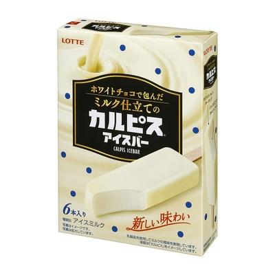 【写真を見る】従来のカルピスアイスとは異なる風味が!「ホワイトチョコで包んだミルク仕立てのカルピスアイスバー」(6本入り 税抜420円)