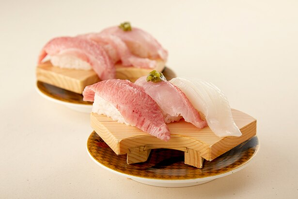千葉県の漁港から揚がった春の魚と、極上本マグロカマトロの「5周年記念プレミアム3貫セット(すし銚子丸)」(626円)