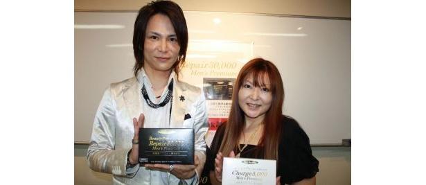 男性用美容ドリンクの開発者・寺田美香さん(右)
