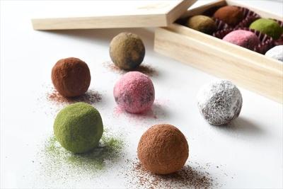 【写真を見る】ダリケーの「カカオが香るチョコレート・トリュフ 6粒入り」(2700円)