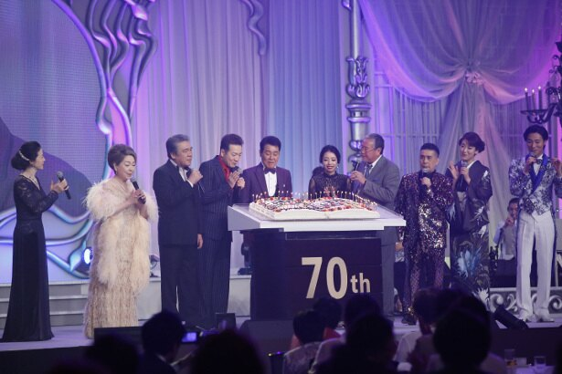 【写真を見る】楽譜を象ったケーキのろうそくを消す五木ひろし、田原俊彦、吉幾三ら
