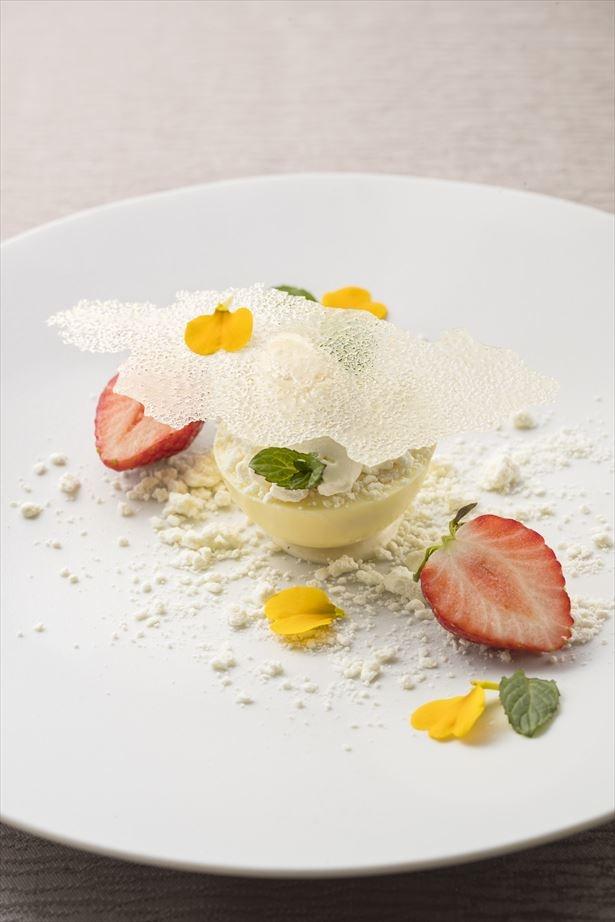 彩りも美しいTHE GRAND GINZAの「イチゴと蜂蜜のパルフェ ホワイトチョコとのマリアージュ」(1500円)