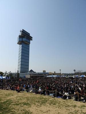 ステージイベントが催される大洗マリンタワー前広場には、たくさんのファンが訪れる
