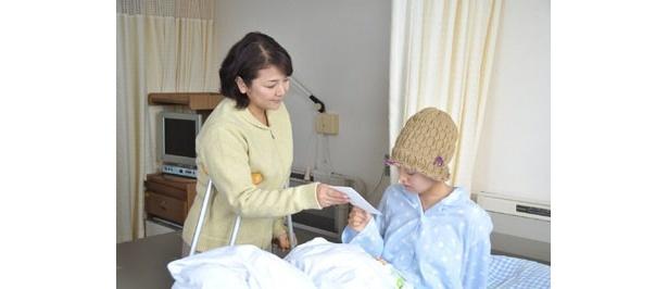 【写真】原日出子ふんする喜美子と手紙のやりとりをするように