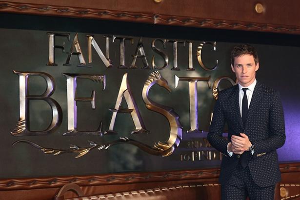 【写真を見る】『ファンタスティック・ビーストと魔法使いの旅』プレミア上映時のエディ・レッドメイン。今秋、ニュートにまた会える!