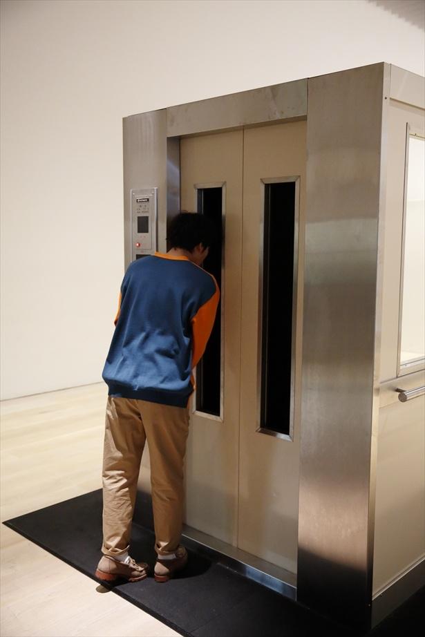 「エレベーター」という作品をのぞき込む匠海くん