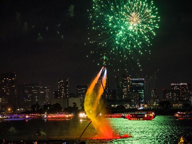 花火をバックにフライボードを披露するウォーターパフォーマー (写真は昨年の様子)