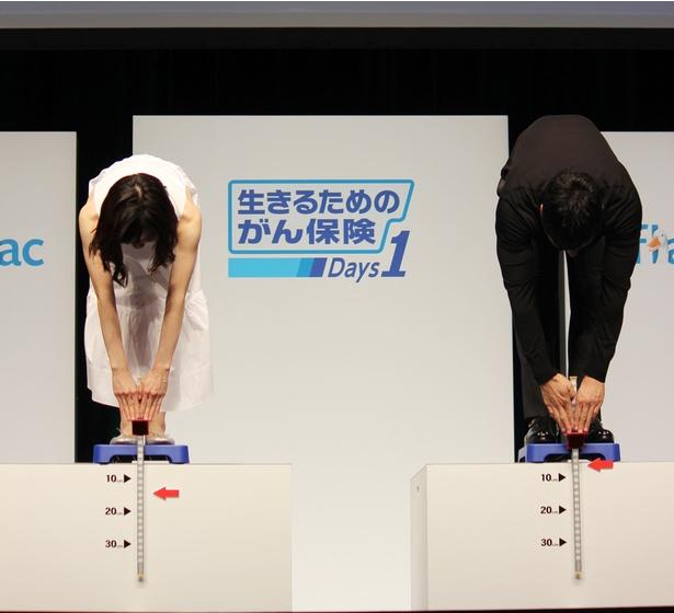 立位体前屈を行う松岡と西島