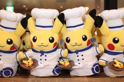 【写真を見る】シェフ姿のピカチュウが「元気いっぱいピカチュウカレー」を持った「ぬいぐるみ Pokemon Cafe シェフピカチュウ」(2160円)