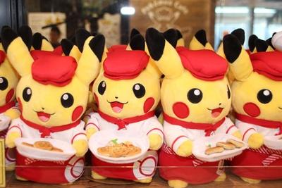 手に持った「ポケモンカフェのフルーツパンケーキ」に注目!「ぬいぐるみ Pokemon Cafe ウェイトレスピカチュウ」(2160円)
