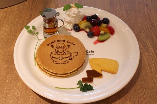 フルーツがたっぷりトッピングされた「ポケモンカフェのフルーツパンケーキ」(1706円)