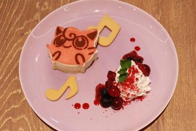 「プリンがうたう♪チーズケーキ」(1166円)。プリンをイメージしたストロベリーレアチーズケーキ