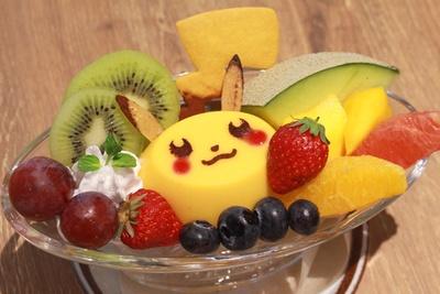 フルーツをふんだんに盛り合わせた「ピカチュウといろいろフルーツのプリンアラモード」(1382円)。ピカチュウの顔はマンゴープリン