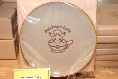 ポケモンカフェのロゴがデザインされた「Pokemon Cafe ロゴプレート」(1296円)