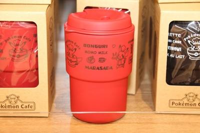 「Pokemon Cafe ロゴ RIVERS  ウォールマグ(RED)」(1296円)。カラーは赤の他に黒、ベージュを用意。二重構造で温度が変わりにくい